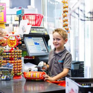 photographe-var-photographie-portrait-commerce-epicier-enfant-supermarche-vival